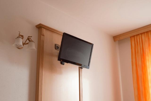 תליית טלוויזיה במטבח עבודה מקצועית